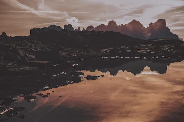 水域近くの灰色の山
