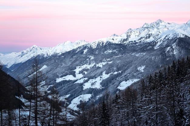 雪に覆われた山々