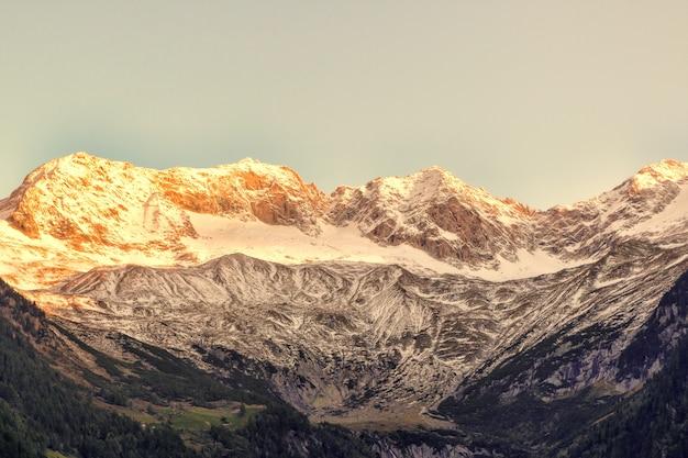 灰色の雪に覆われた山