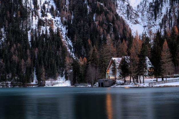 湖の近くの家