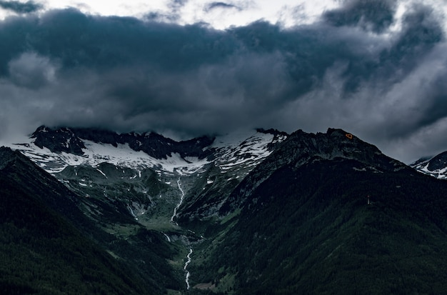 灰色の曇り空の下で山のトップビュー