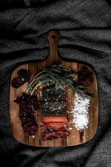 茶色の木製のまな板に調理された食品