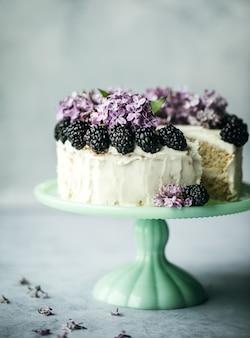 丸い白いアイシングで覆われたケーキ
