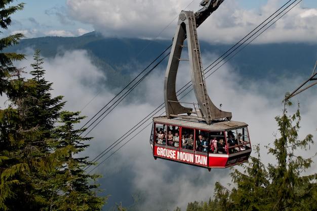 Группа людей поднимается на гору