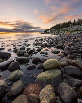 ゴールデンアワー中に岩が多い海岸