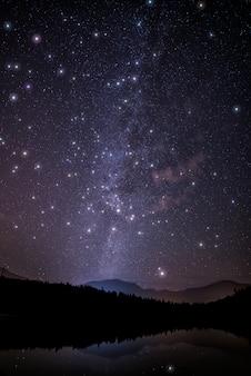 星と夜空の風光明媚なビュー