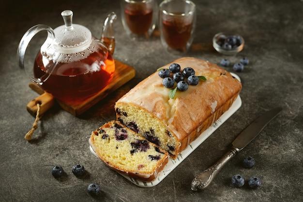 レモン釉薬でブルーベリーとおいしい自家製ケーキ。自家製のベーキング。