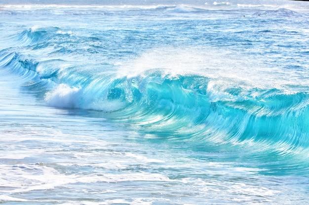 ハワイのサンディビーチでのターコイズブルーの波