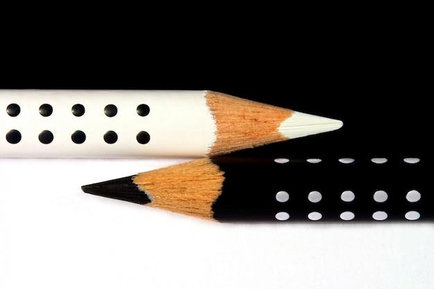 Белые и черные карандаши