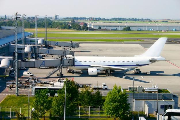 Самолет у ворот