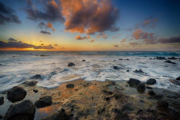 Восход солнца от песчаного пляжа, оаху, гавайи