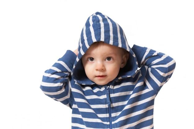 Ребенок в капюшоне с поднятыми руками