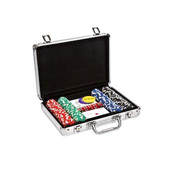 白い背景の上のスーツケースでポーカーを設定します。