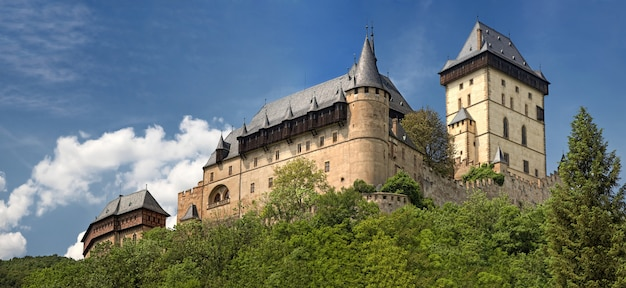 Панорамный вид на замок карлштейн, чехия
