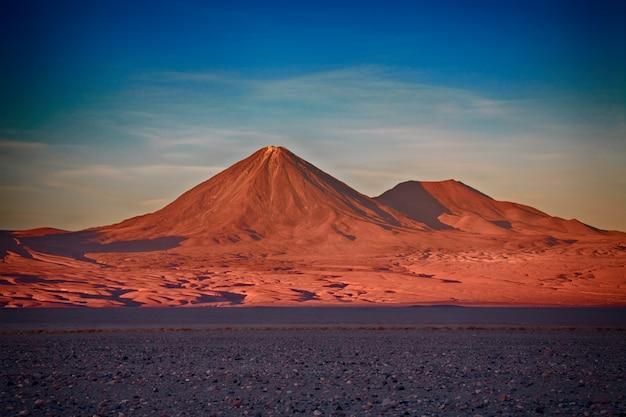 チリ、リカンカブール火山とジュリケ火山
