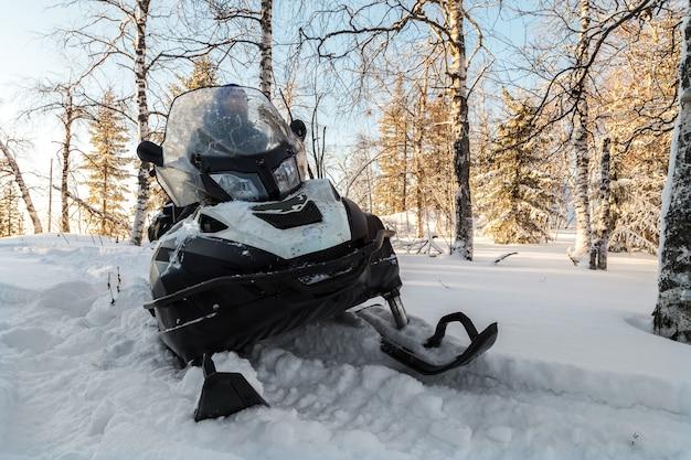 Спортсмен на снегоходе.
