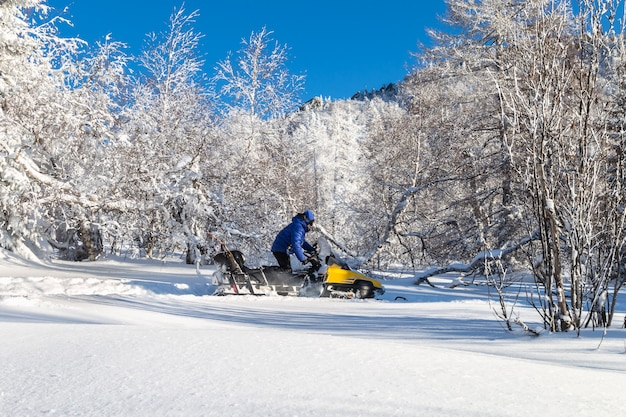 Женщина на снегоходе