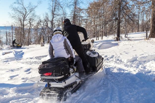 Спортсмены на снегоходе.