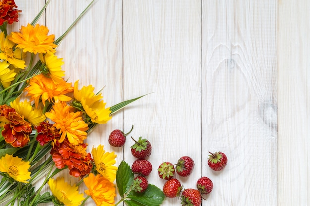 木製のテーブルの黄色い花。
