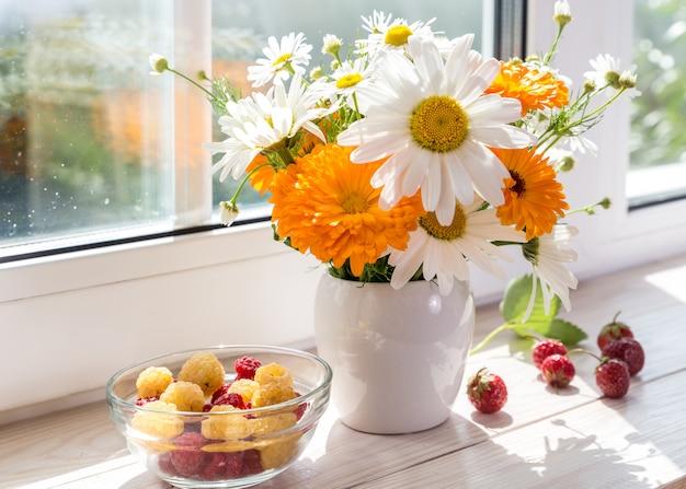 窓辺にヒナギクの花束。