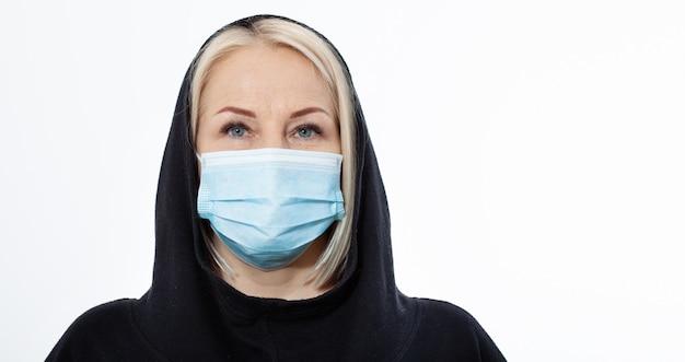 Лицо женщины в маске. понятие коронавирус, респираторный вирус и загрязнение воздуха.