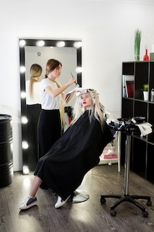 Процесс покраски волос в салоне красоты