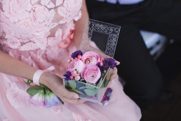 新婚夫婦のリング上部にあるフラワーリングボックス