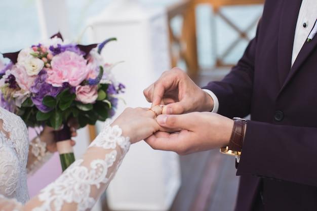 Жених носит кольцо невесты.