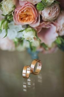 Обручальные кольца с букетом