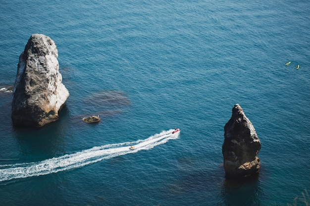 海でジェットスキーに乗る男