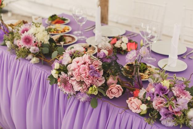 結婚式のテーブルの花。テント。