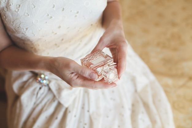 Невеста блондинка наслаждается духами