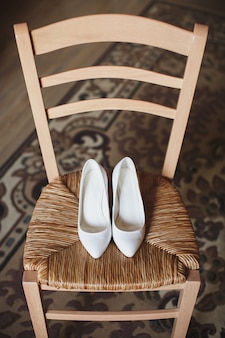 椅子の上の女性の結婚式の靴