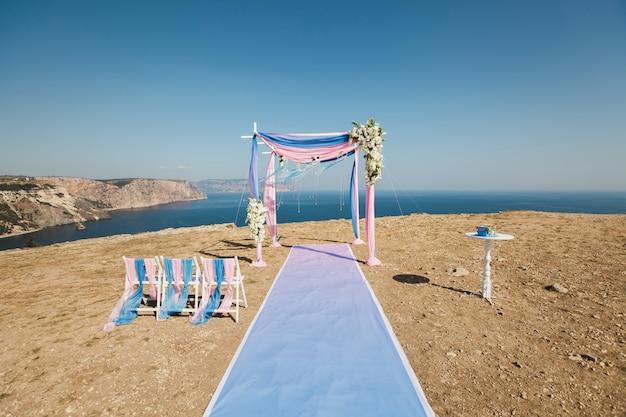 山の上の結婚式のアーチ