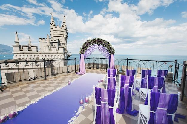 山の紫色の結婚式のアーチ