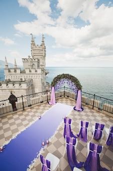 Фиолетовая свадебная арка на горе