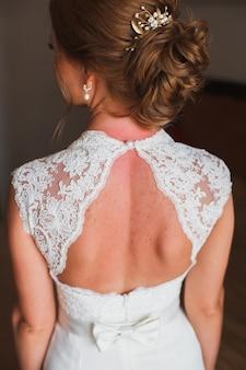 Свадебная прическа. невеста. шатенка с вьющимися волосами, укладка с заколкой.