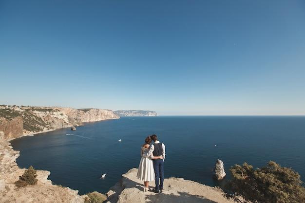 Жених и невеста на обрыве горы