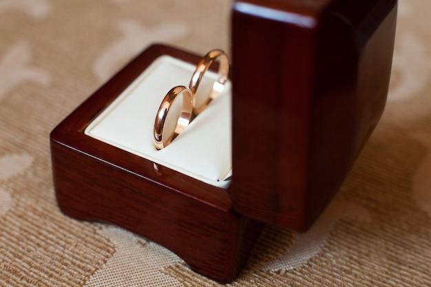 木製ボックスの婚約指輪