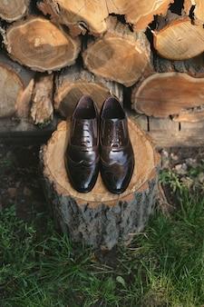 Обувь на деревянном фоне. мужские аксессуары. вид сверху