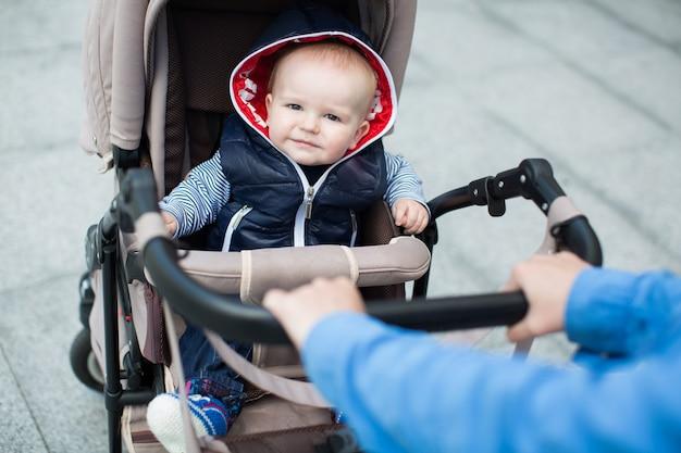 ベビーカーに座っている赤ちゃん