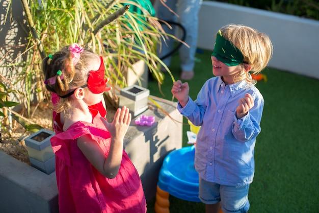 誕生日パーティーで遊んでいる変装の子供たち