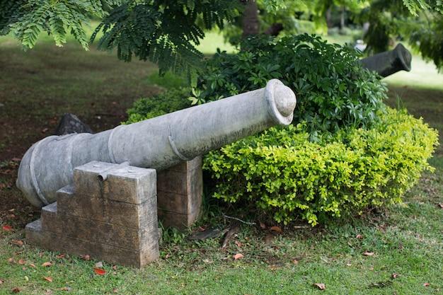 Старая каменная пушка как декор парка.