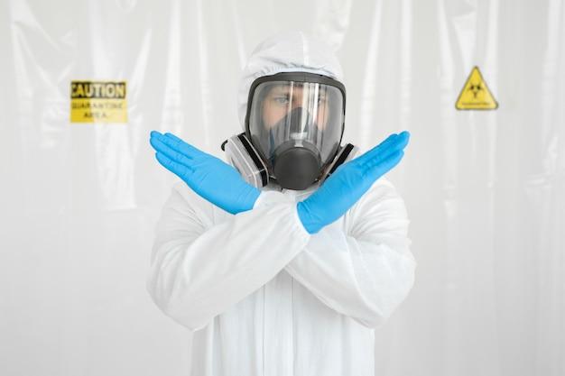 Доктор показывает движение стоп стоп-коронавирус