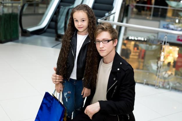 Папа и дочь в торговом центре