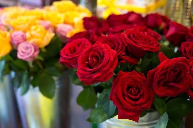 Красивые красочные цветы в цветочном магазине