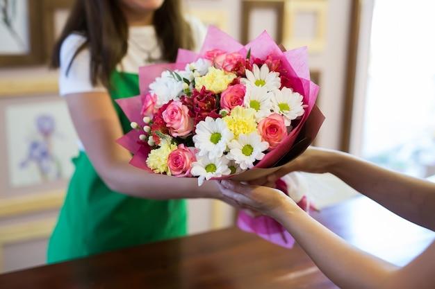 花屋はクライアントに美しい花束を贈ります