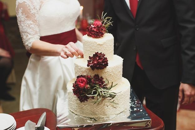 Свадебный торт на банкете. столовые приборы.