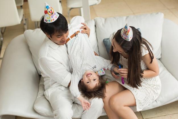 彼の誕生日に息子と遊んで幸せな家族