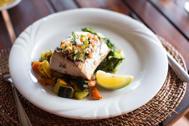 Рыбное блюдо - филе рыбы и овощи